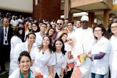 SM le Roi et le président Macky Sall posent pour une photo-souvenir avec des étudiants en médecine au Sénégal